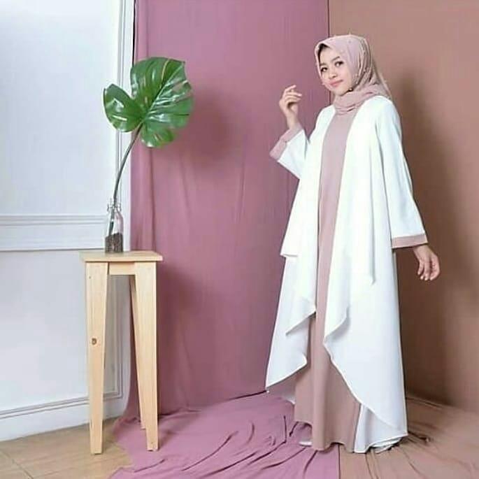 Busana Muslim Terusan Putih dengan Warna Lembut Nan Anggun