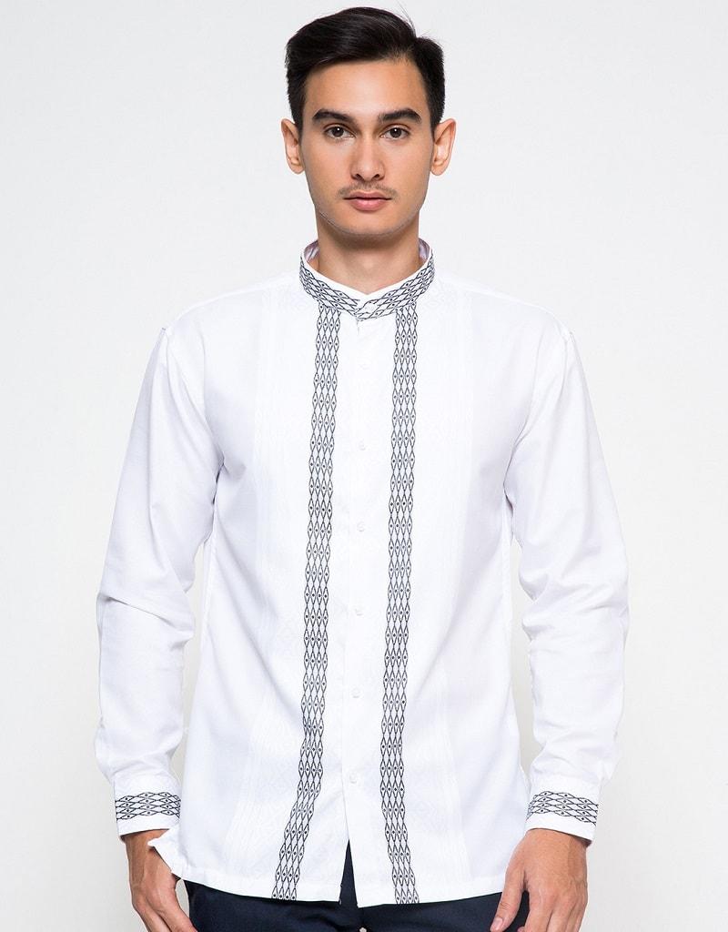 baju koko putih aksen batik di depan dan ujung lengan