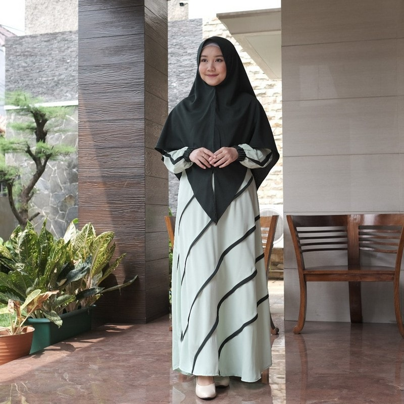 gamis muslimah dengan motif garis-garis
